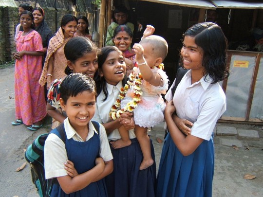 800px-Village_girls_West_Bengal